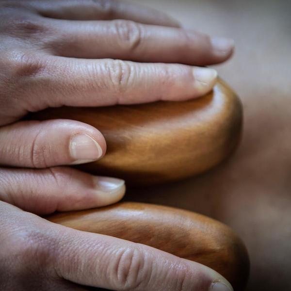 Zirbenholz Massage für Rücken & Beine