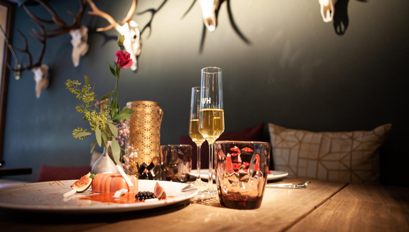 Dekorierter Tisch mit Sektgläsern und Nachtisch